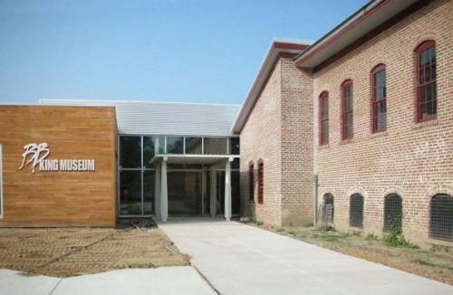 Entree van het museum en rechts de oude katoenfabriek